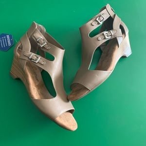 NEW Women's Ortholite Wedge Buckle Sandals Taupe